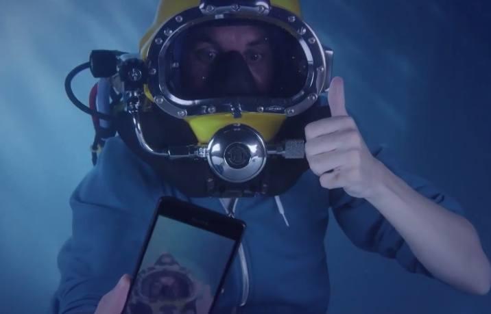 Sony Xperia Z3 underwater unboxing - YouTube 001637