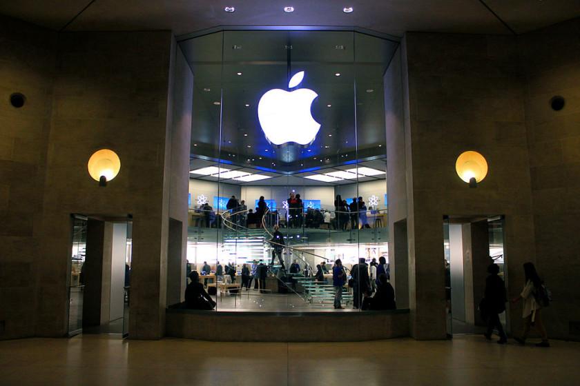 Apple_Store_Carrousel_du_Louvre,_18_March_2011