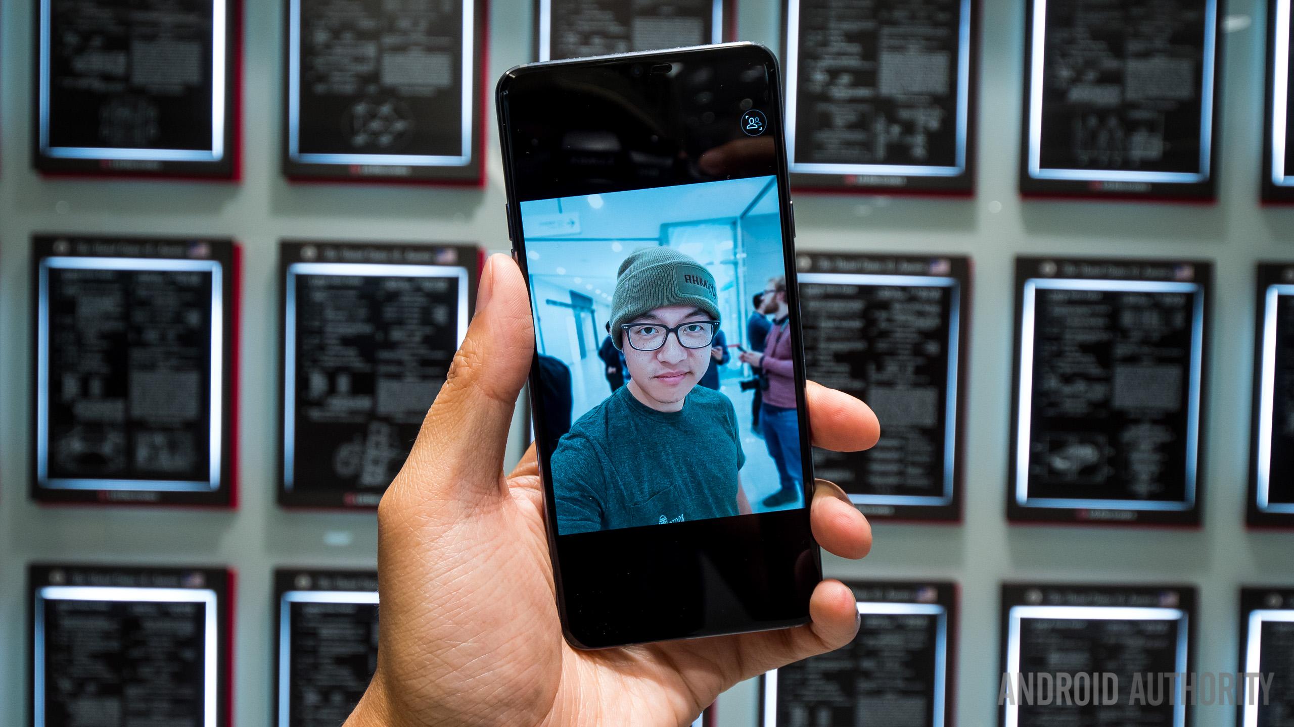 LG G7 closed room selfie