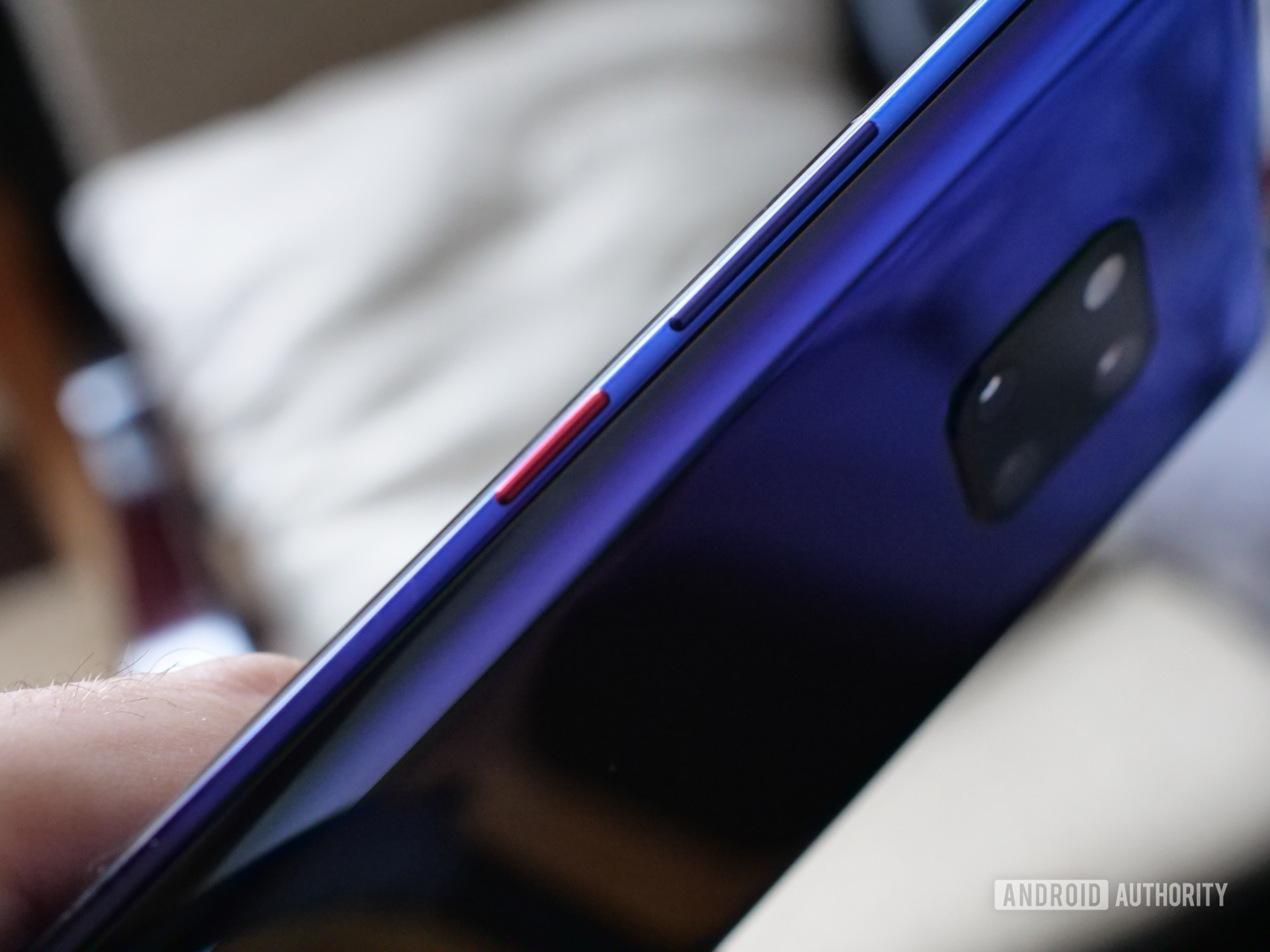 the colored power button on the side of the huawei mate 20 pro twilight