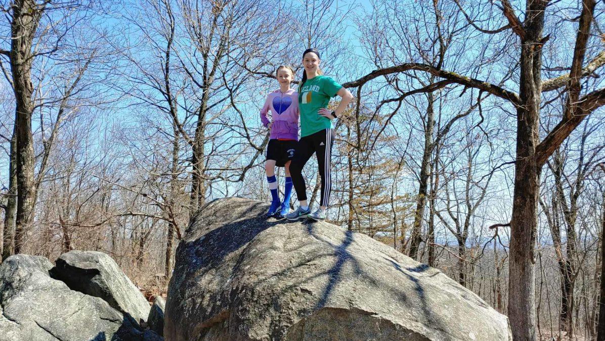 LG G8 ThinQ回顾照片样本在岩石上的孩子