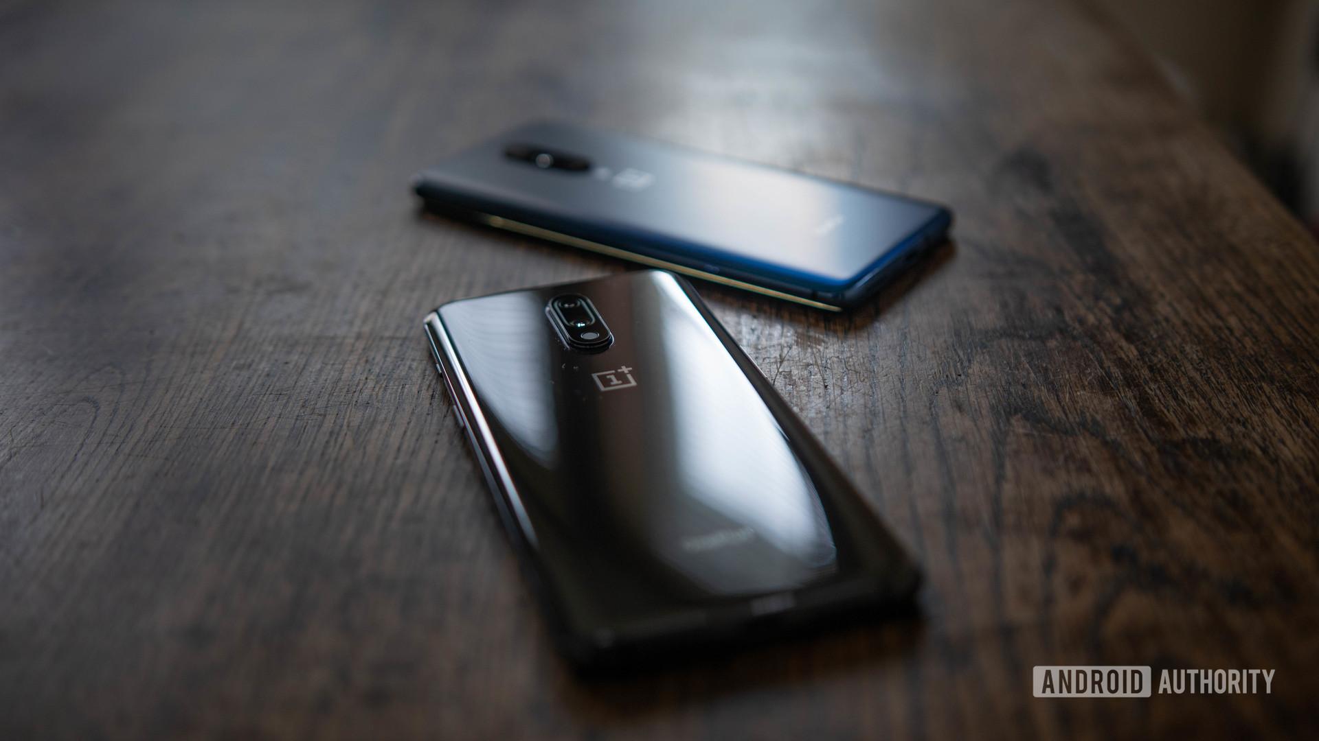 OnePlus 7 mirror gray back and OnePlus 7 Pro nubula blue