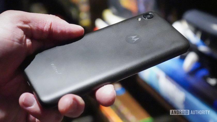 Motorola Moto E6 hands on in the hand