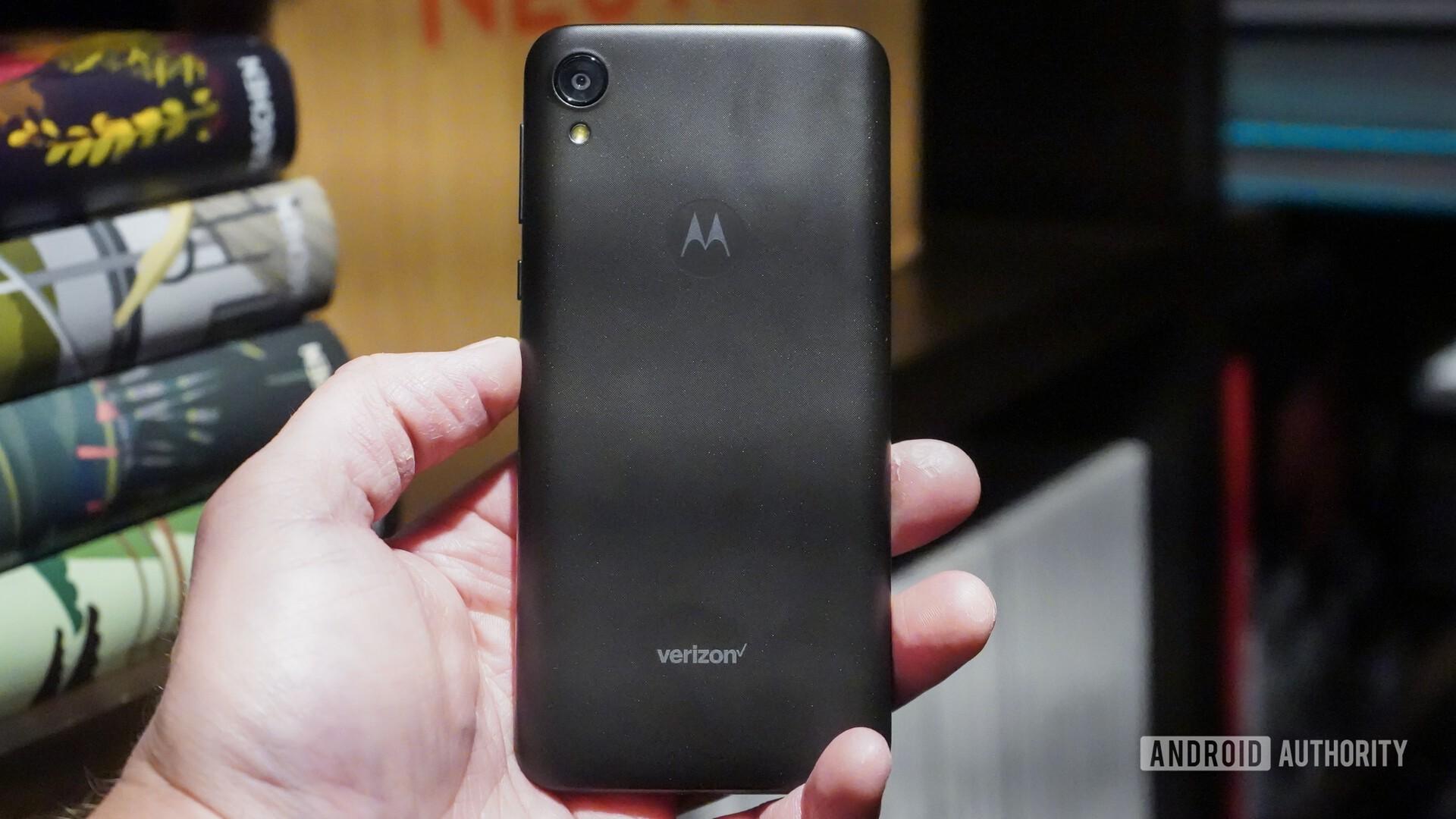 Motorola Moto E6 hands on in the hand 2