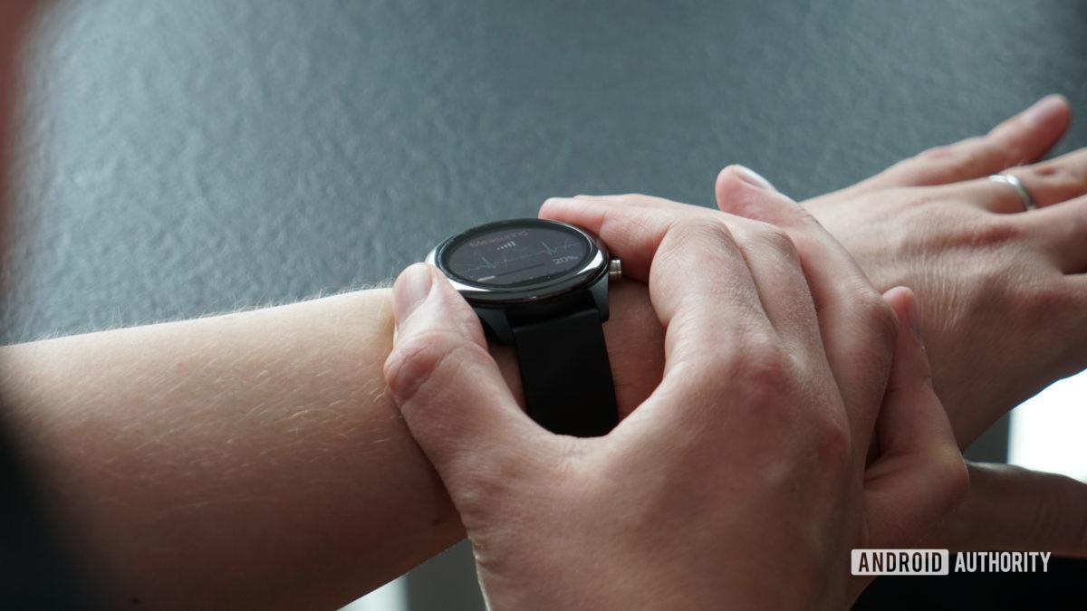 Asus VivoWatch SP im Einsatz am Handgelenk