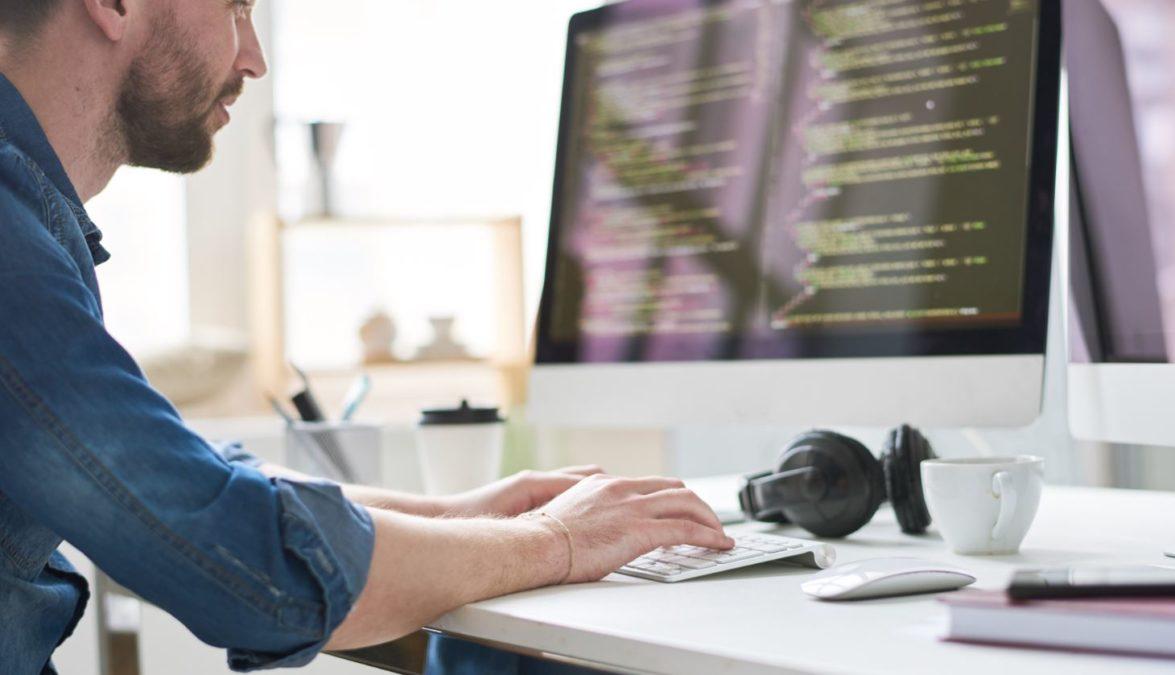 Homem de Digitação de Codificação de Computador
