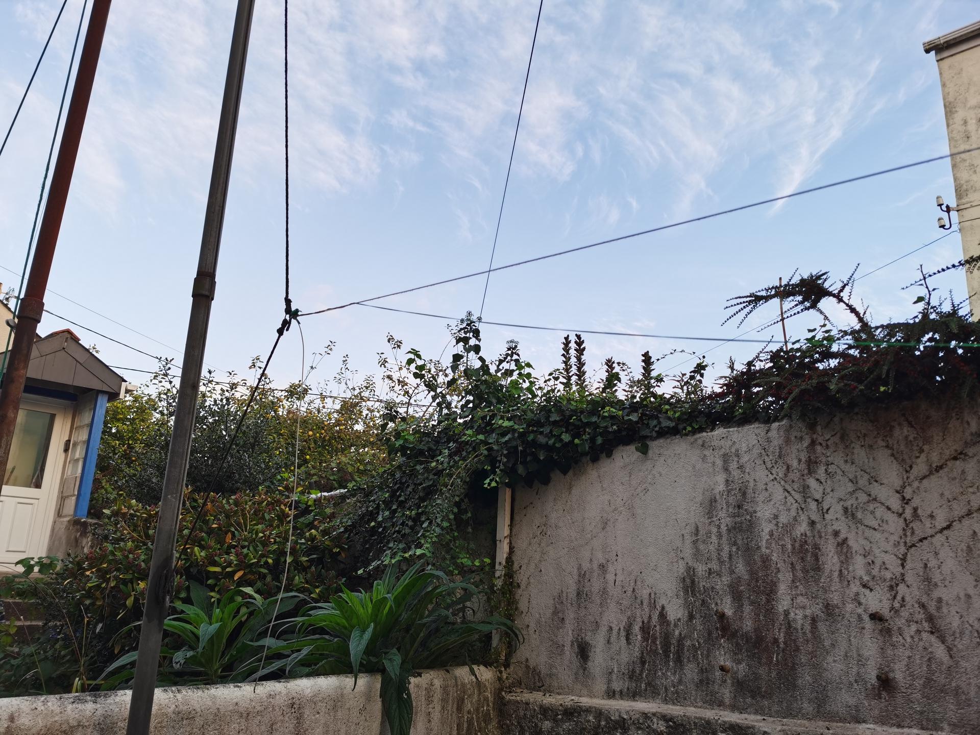 Huawei Mate 30 Pro Camera test Daylight shot of many cables