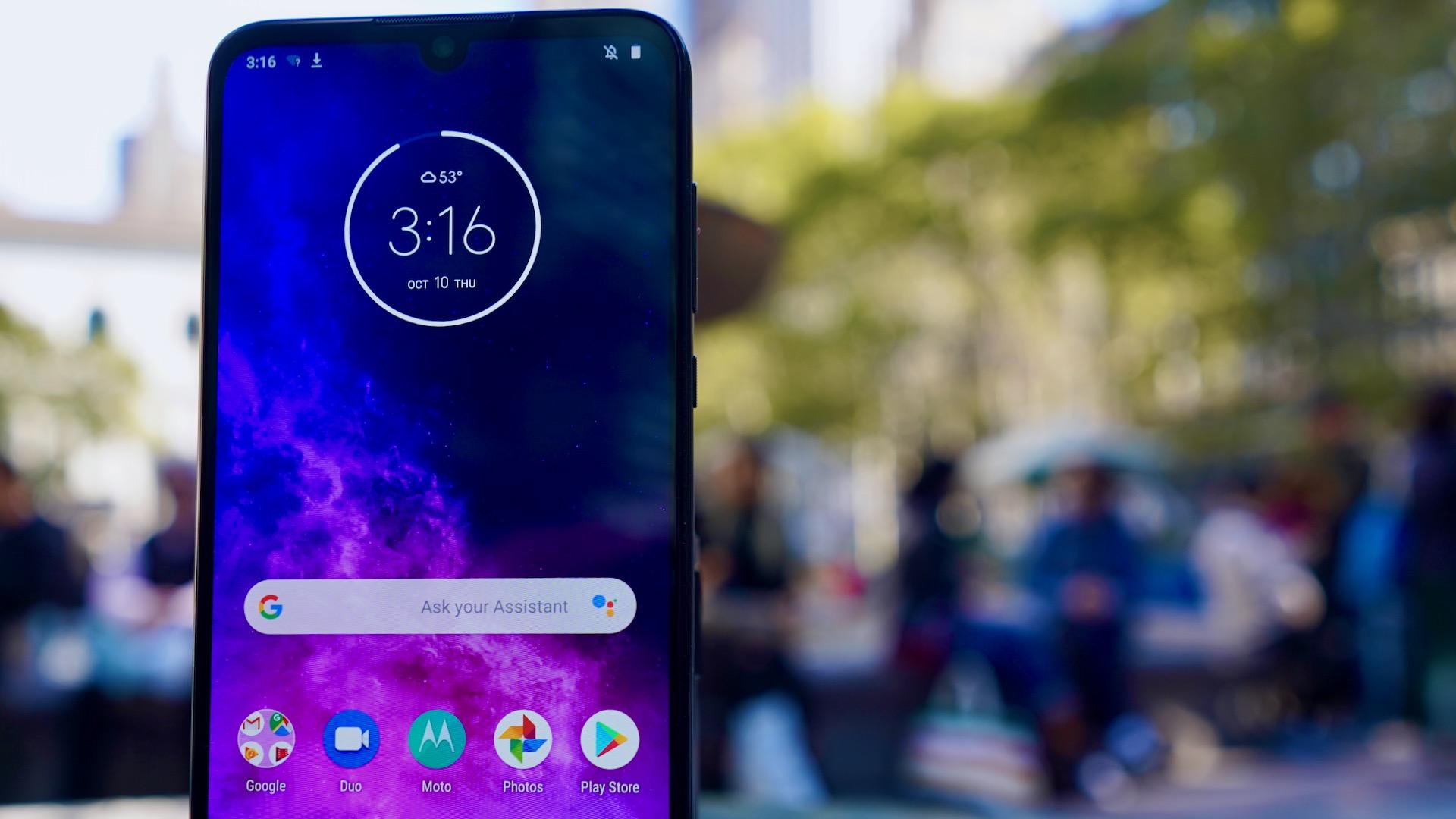 Motorola One Zoom review screen closeup