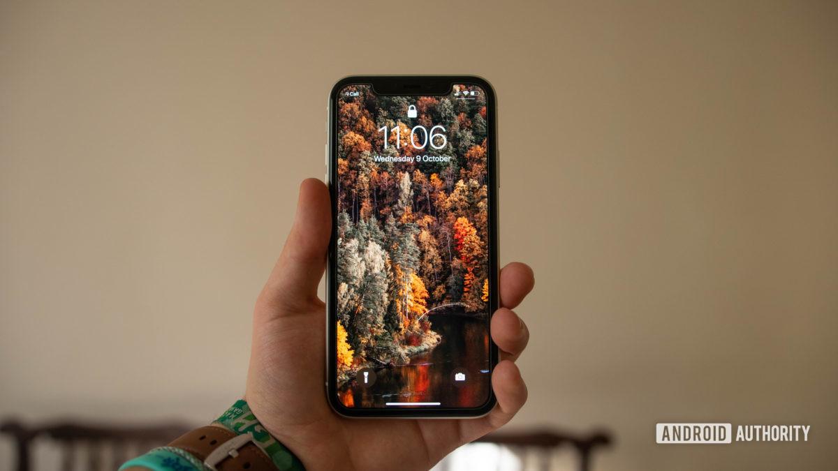 iphone 11 di depan tangan