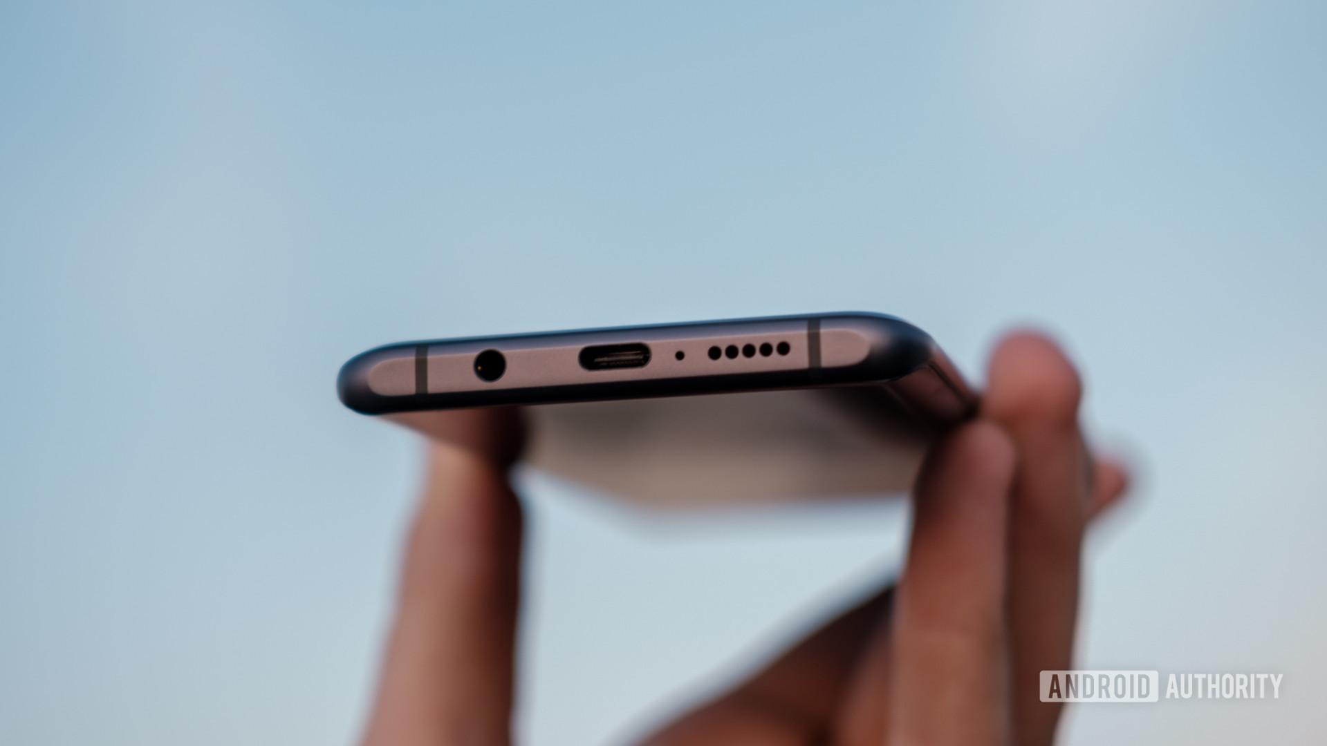 Xiaomi Mi Note 10 bottom ports in hand