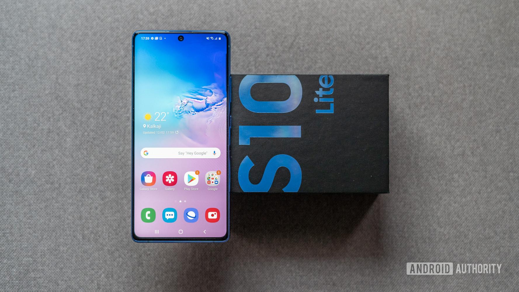 Samsung Galaxy S10 Lite lying on box