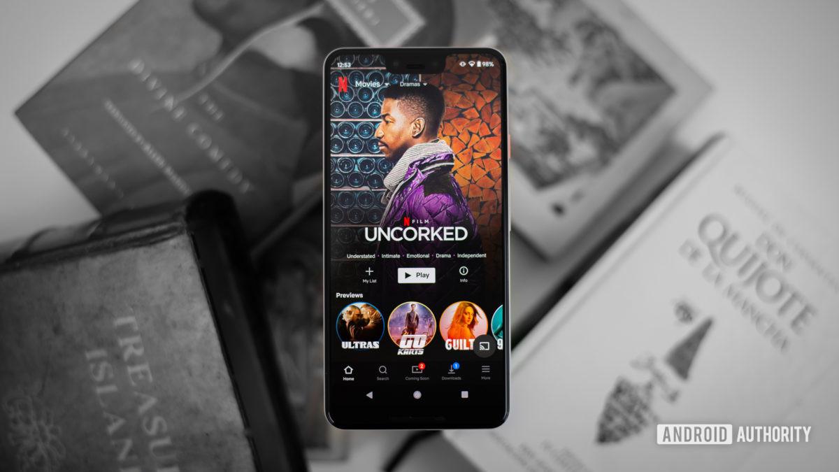 Netflix dramas en smartphone foto de stock 1
