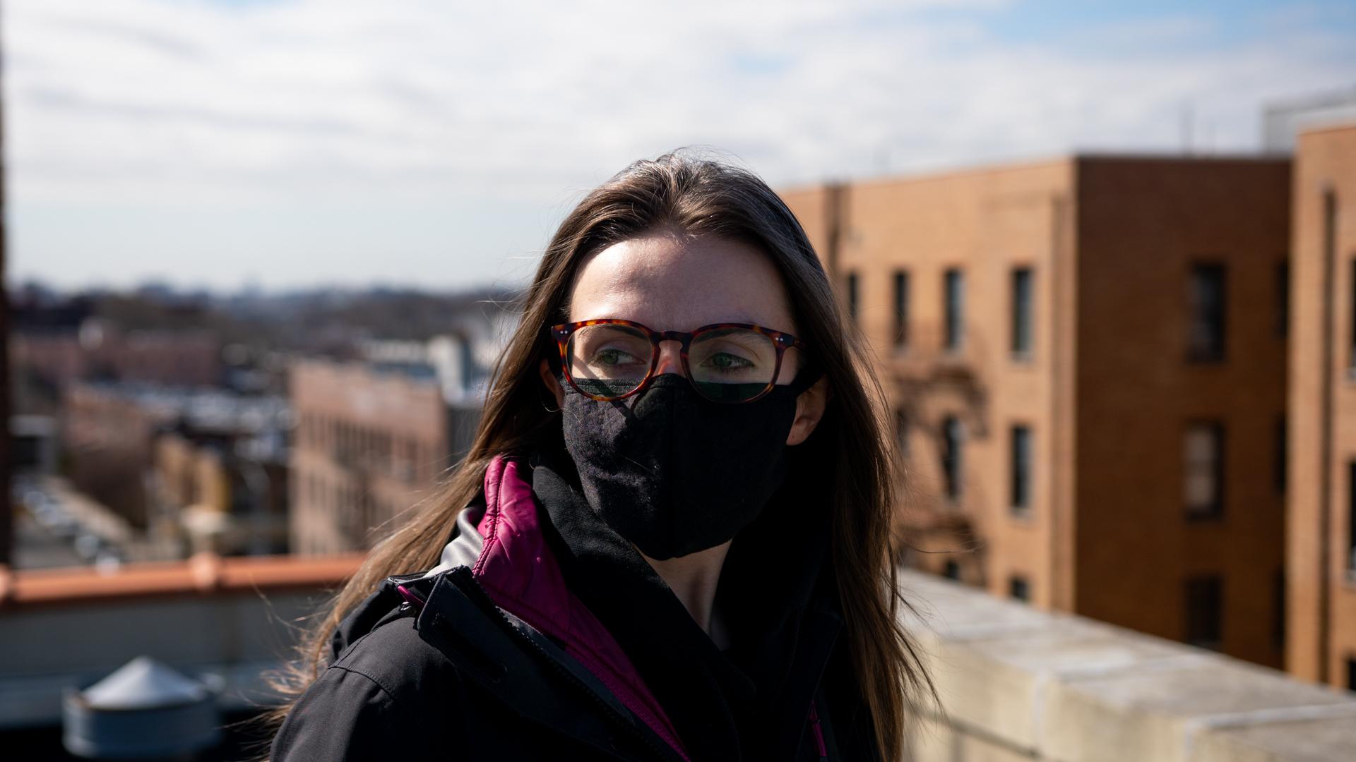Woman wearing facemask 1