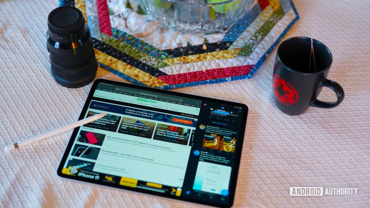 Apple iPad Pro 2020 على الطاولة