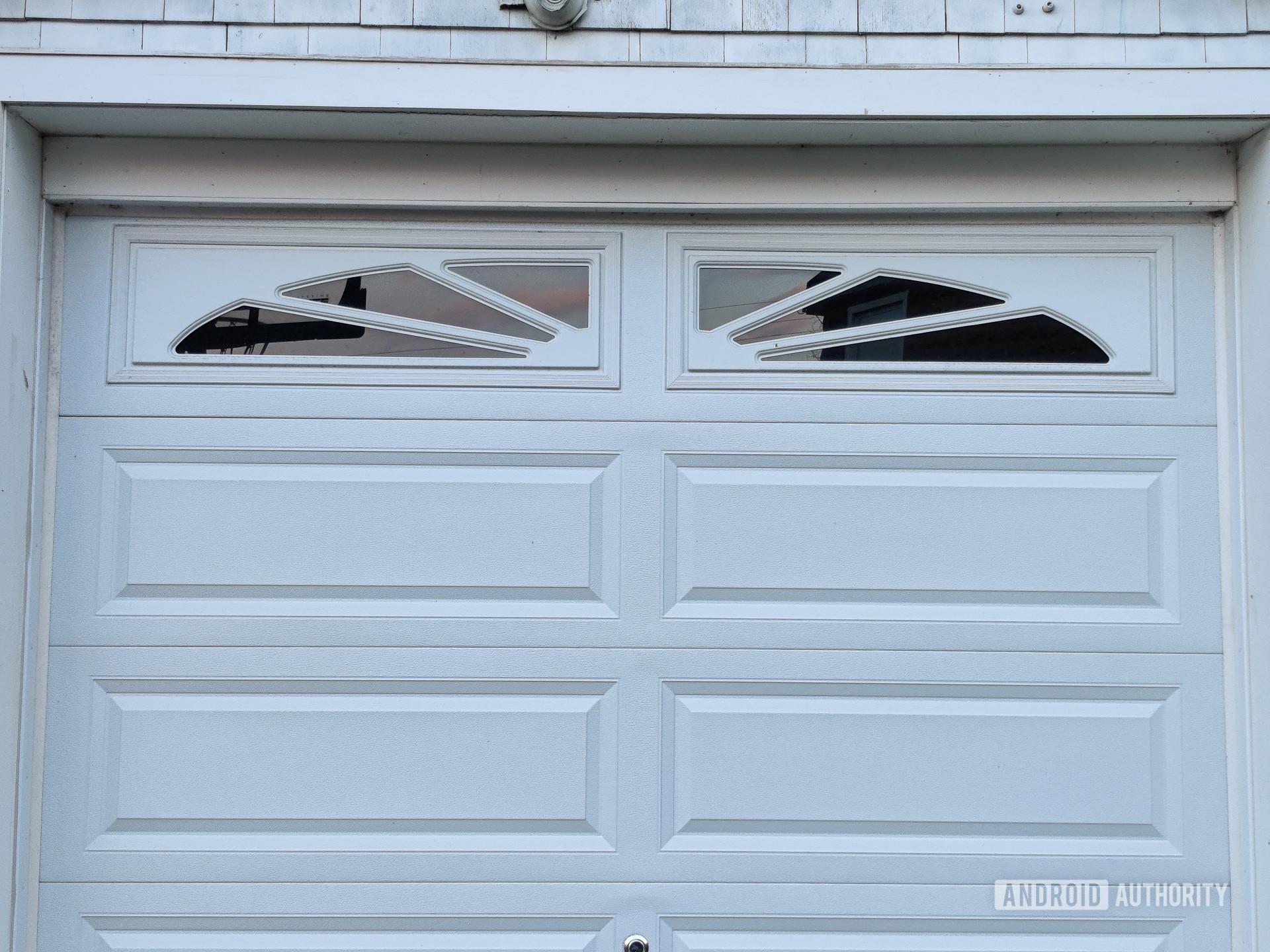 OnePlus 8 photo sample 2x garage
