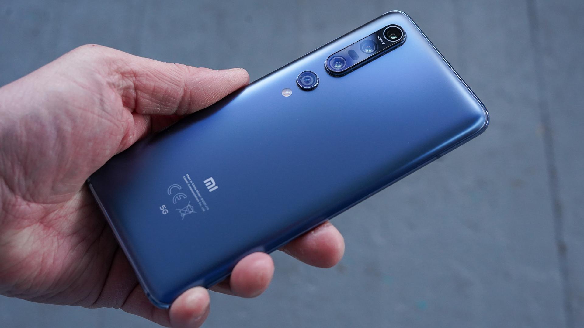Xiaomi Mi 10 Pro в крепкой мужской руке