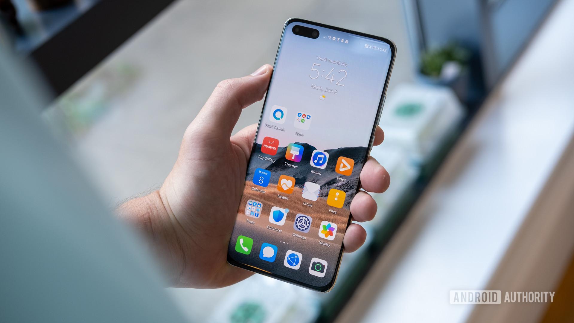 Huawei P40 Pro Plus in hand screen