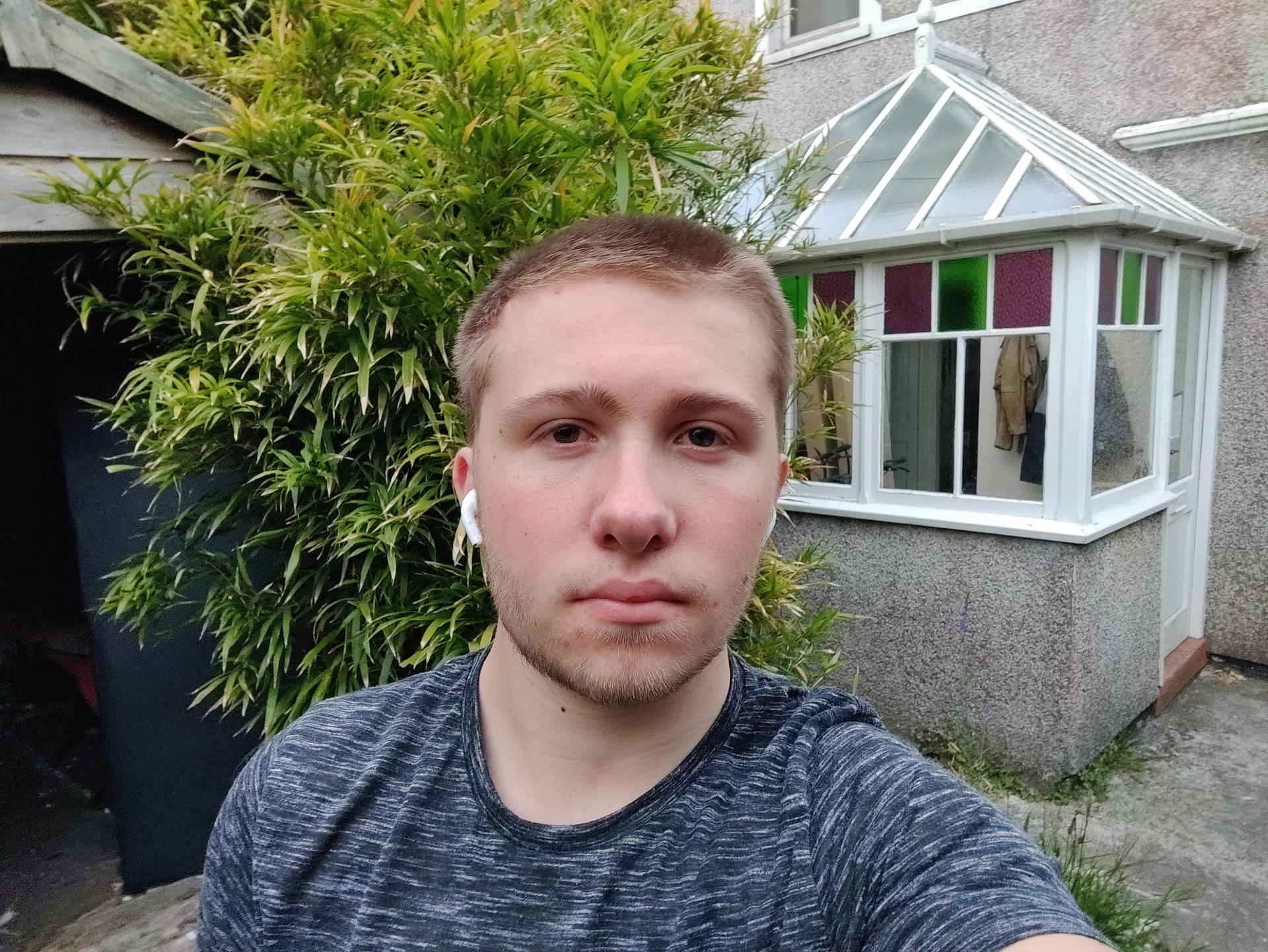 OnePlus Nord portrait mode selfie in garden