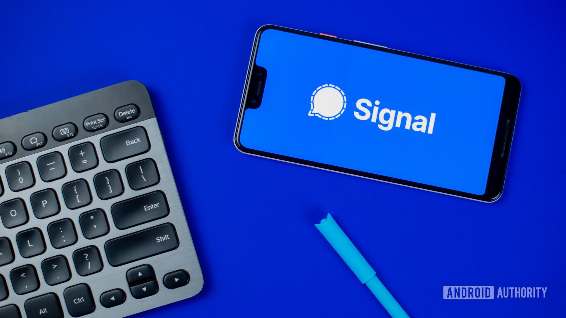 Signal Private Messenger stock photo 3