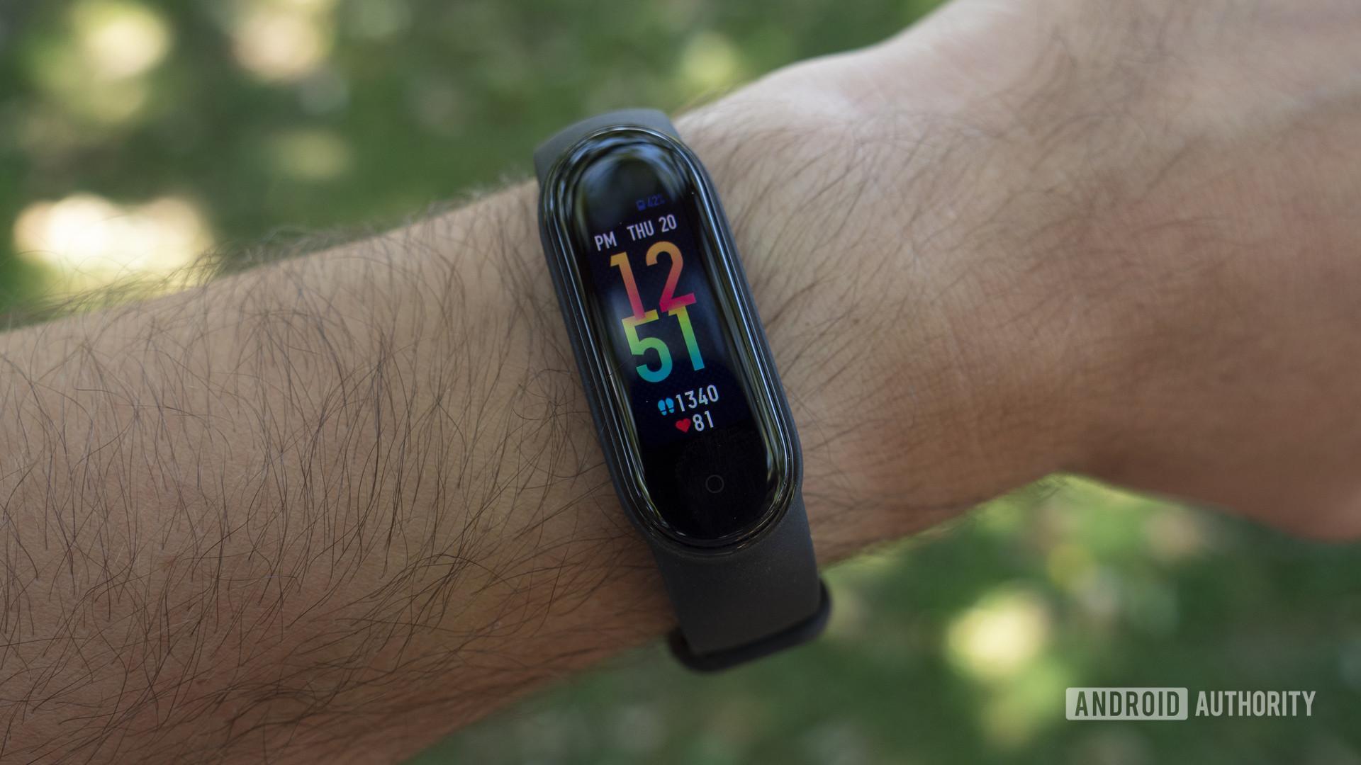 xiaomi mi band 5 review on wrist clock face