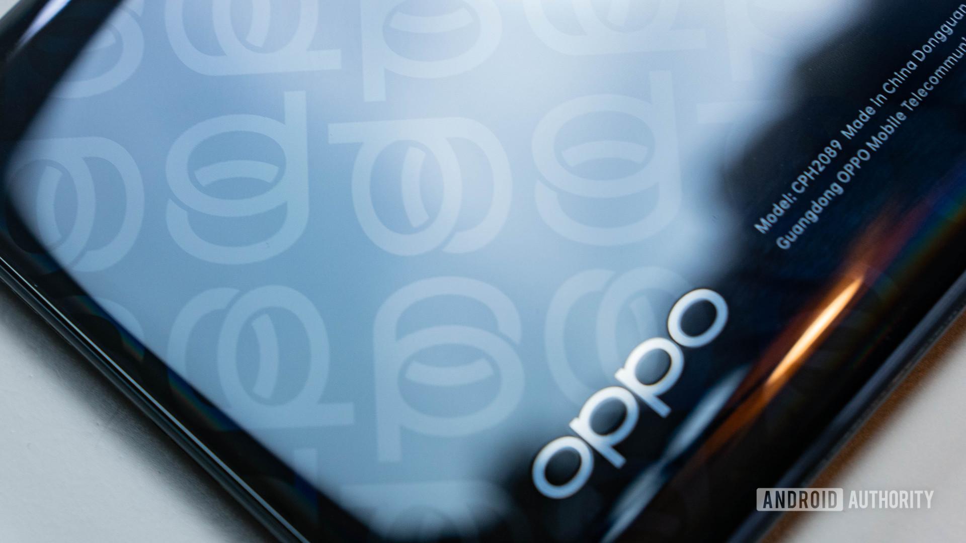 Gros plan sur le motif du logo arrière Oppo Reno 4 Pro 5G