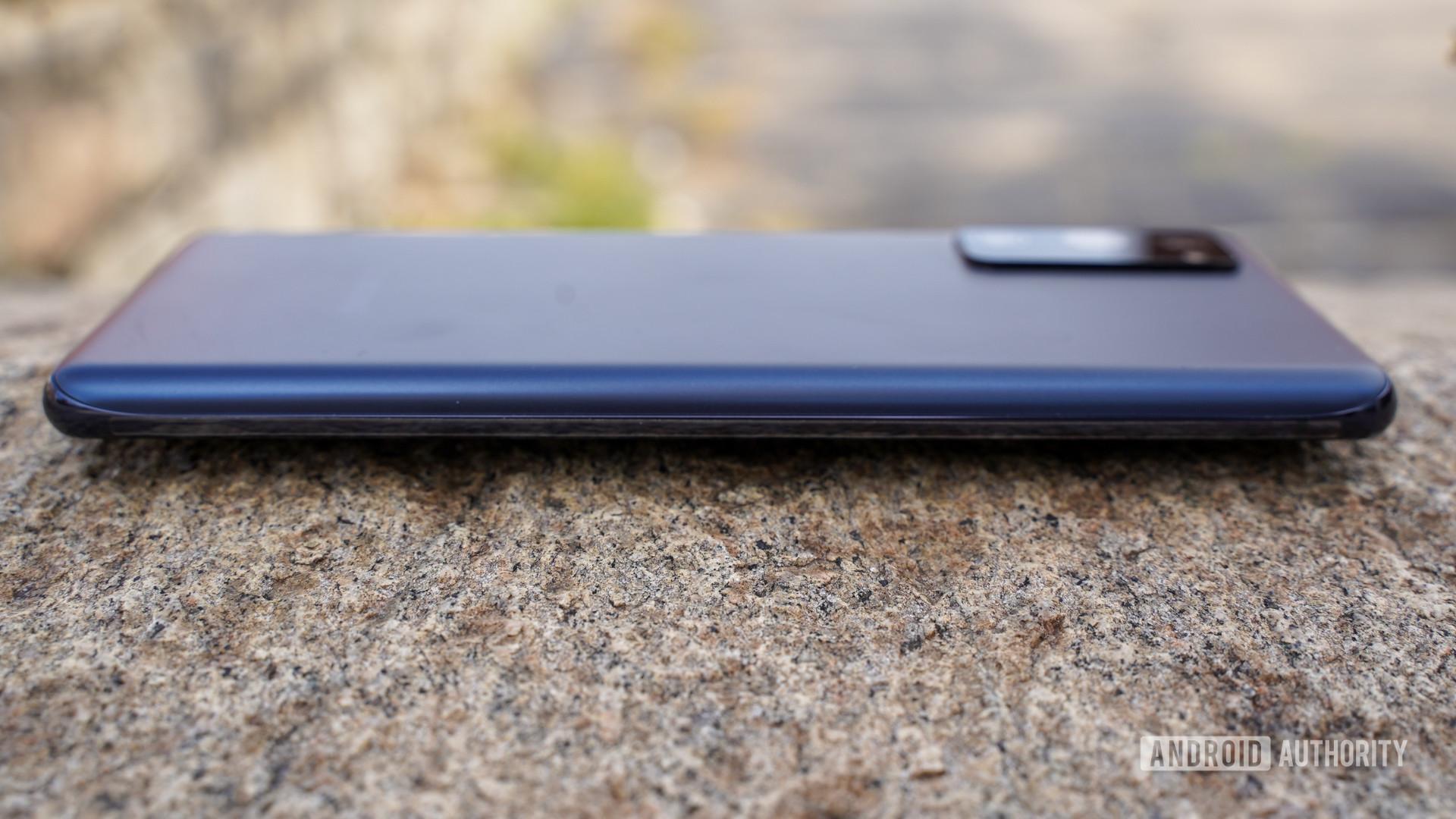 Samsung Galaxy S20 FE left edge