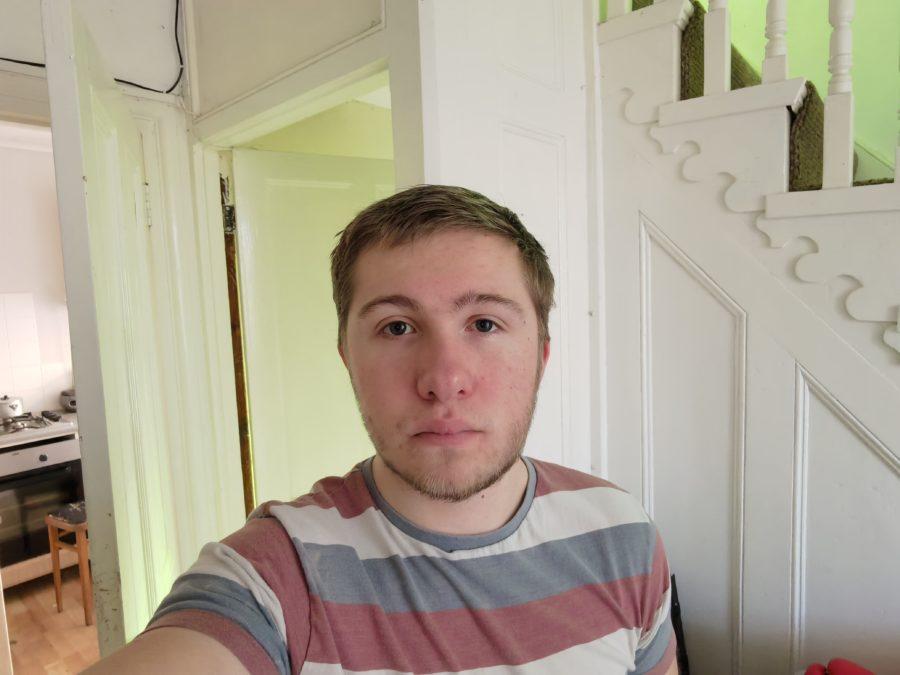 Huawei Mate 40 Pro selfie sample in a well lit room