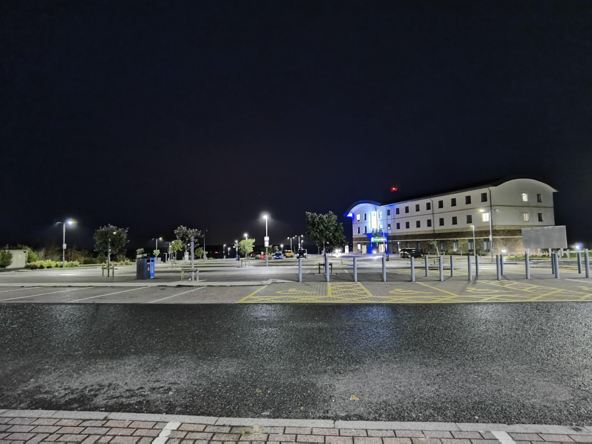 Huawei Mate 40 Pro ultrawide night sample of a car park