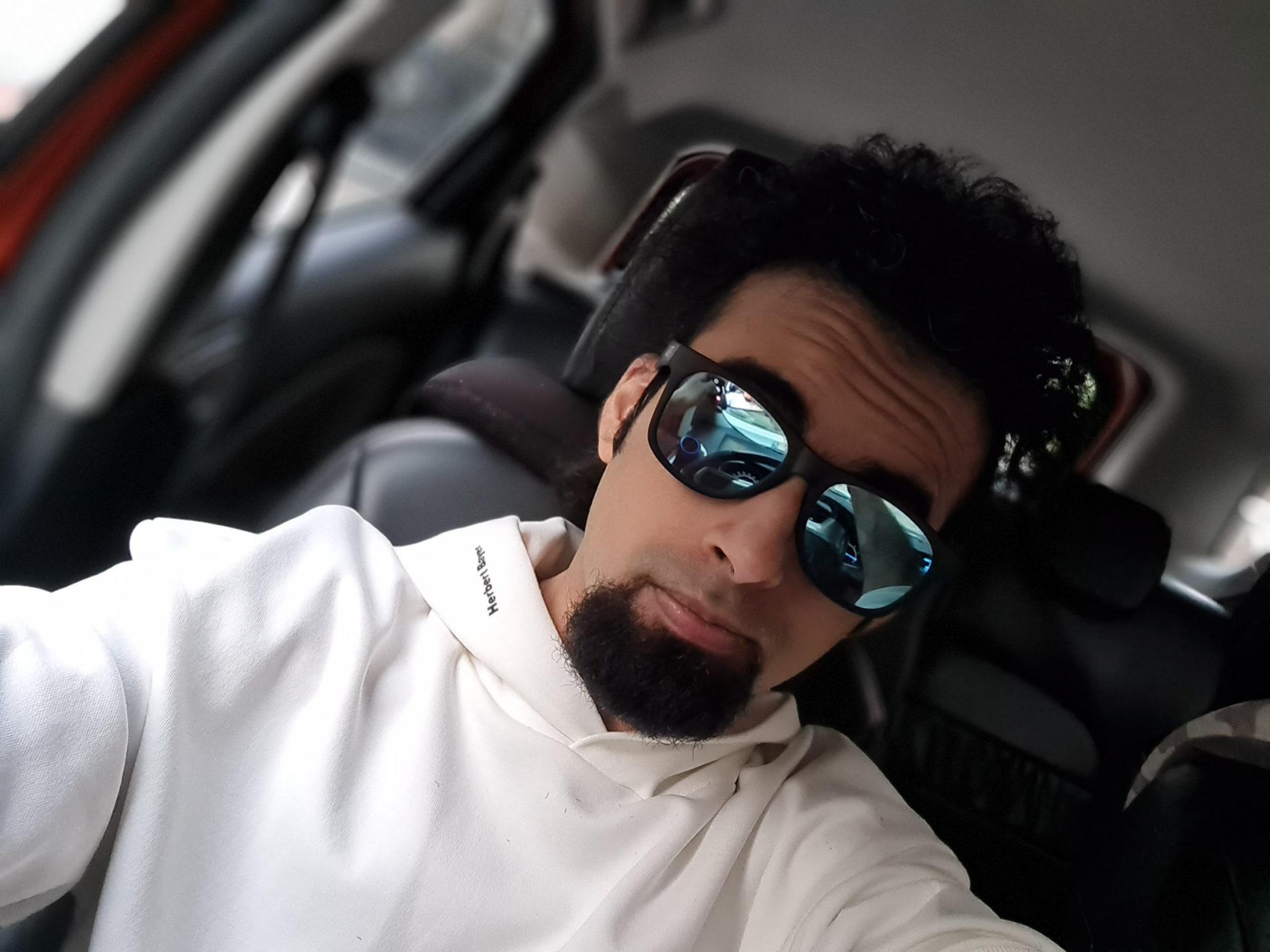 Samsung Galaxy S20 FE selfie portrait
