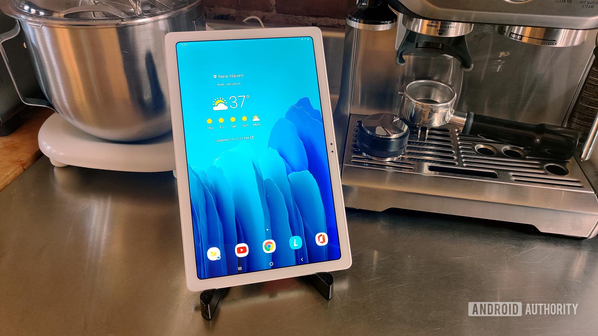 Tablet Samsung Galaxy Tab A7 2020 dengan Peralatan Dapur
