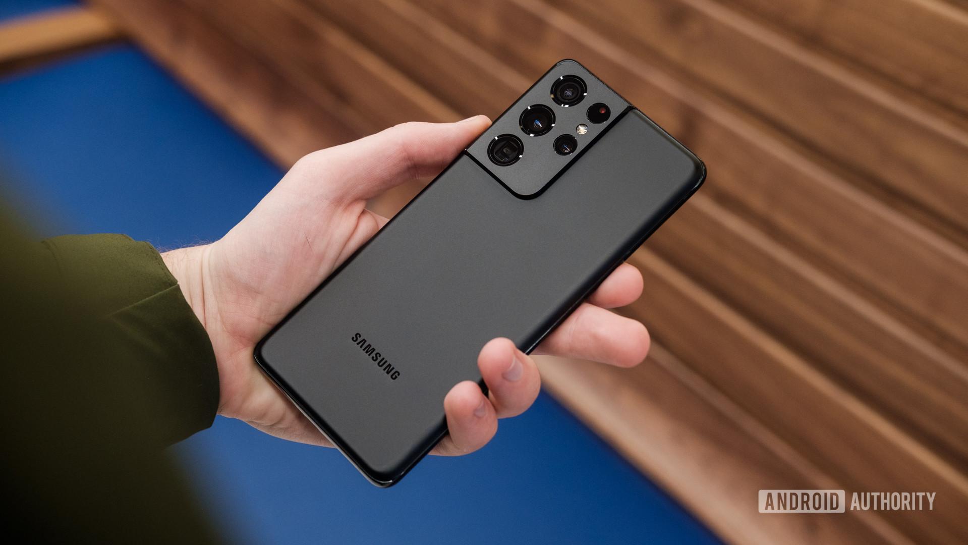 Samsung Galaxy S21 Ultra back in hand 1