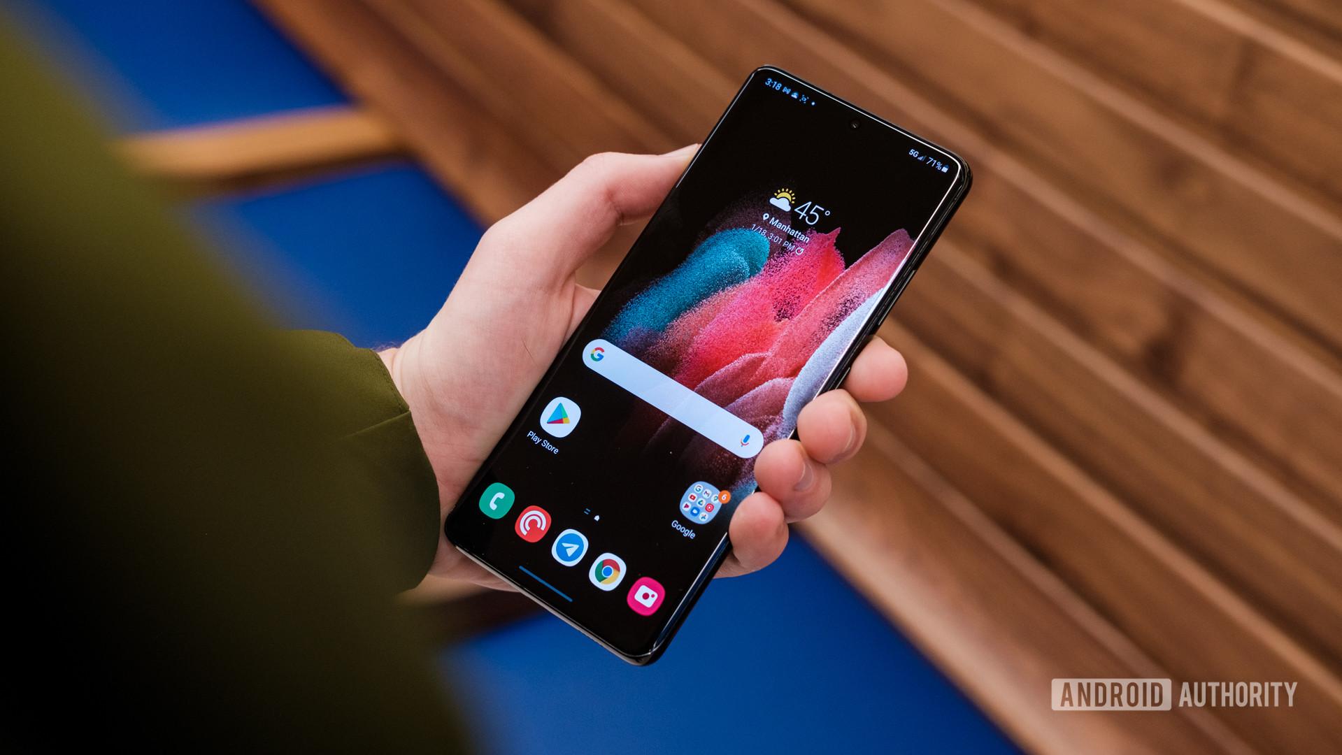 Samsung Galaxy S21 Ultra display in hand 1