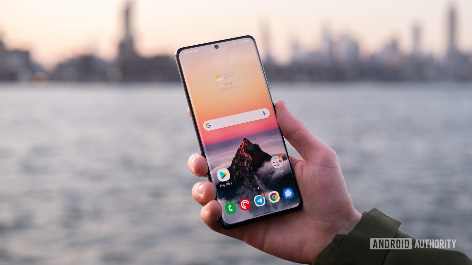 Samsung Galaxy S21 Ultra display in hand 6