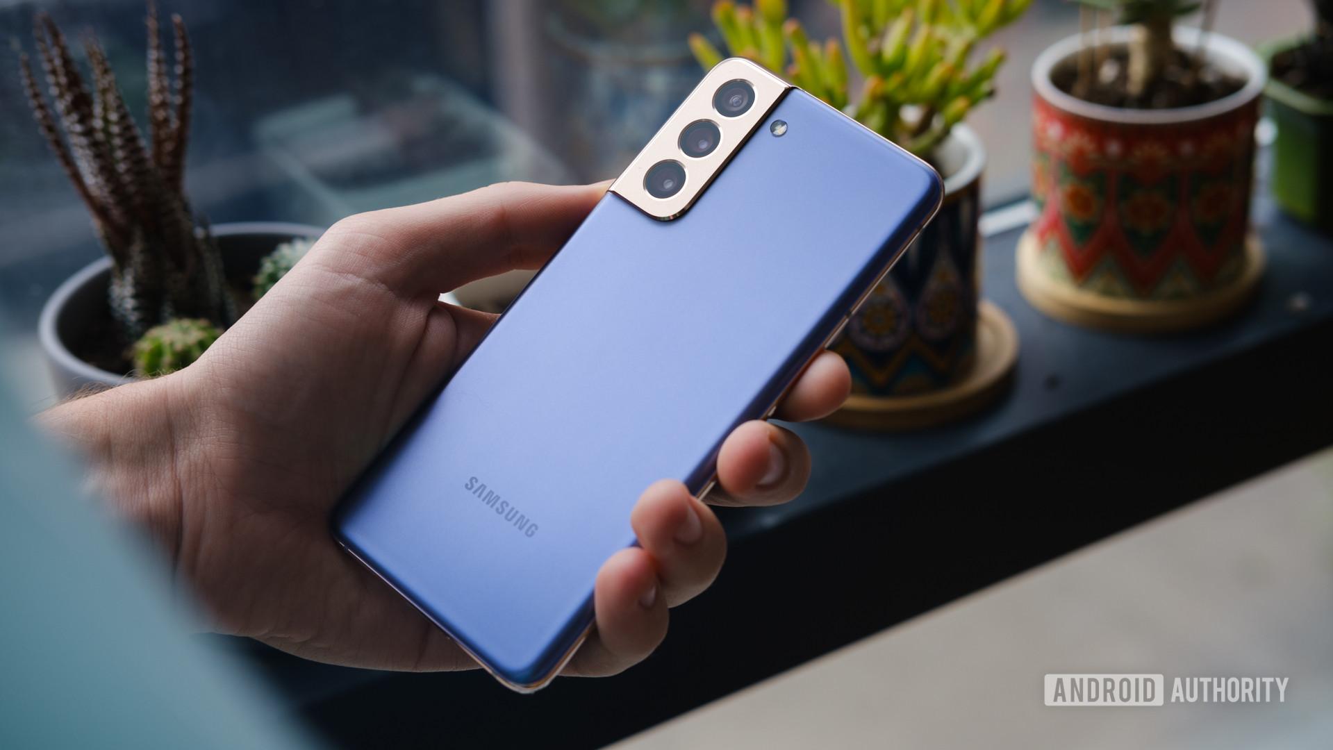 Samsung Galaxy S21 back in hand 1 1