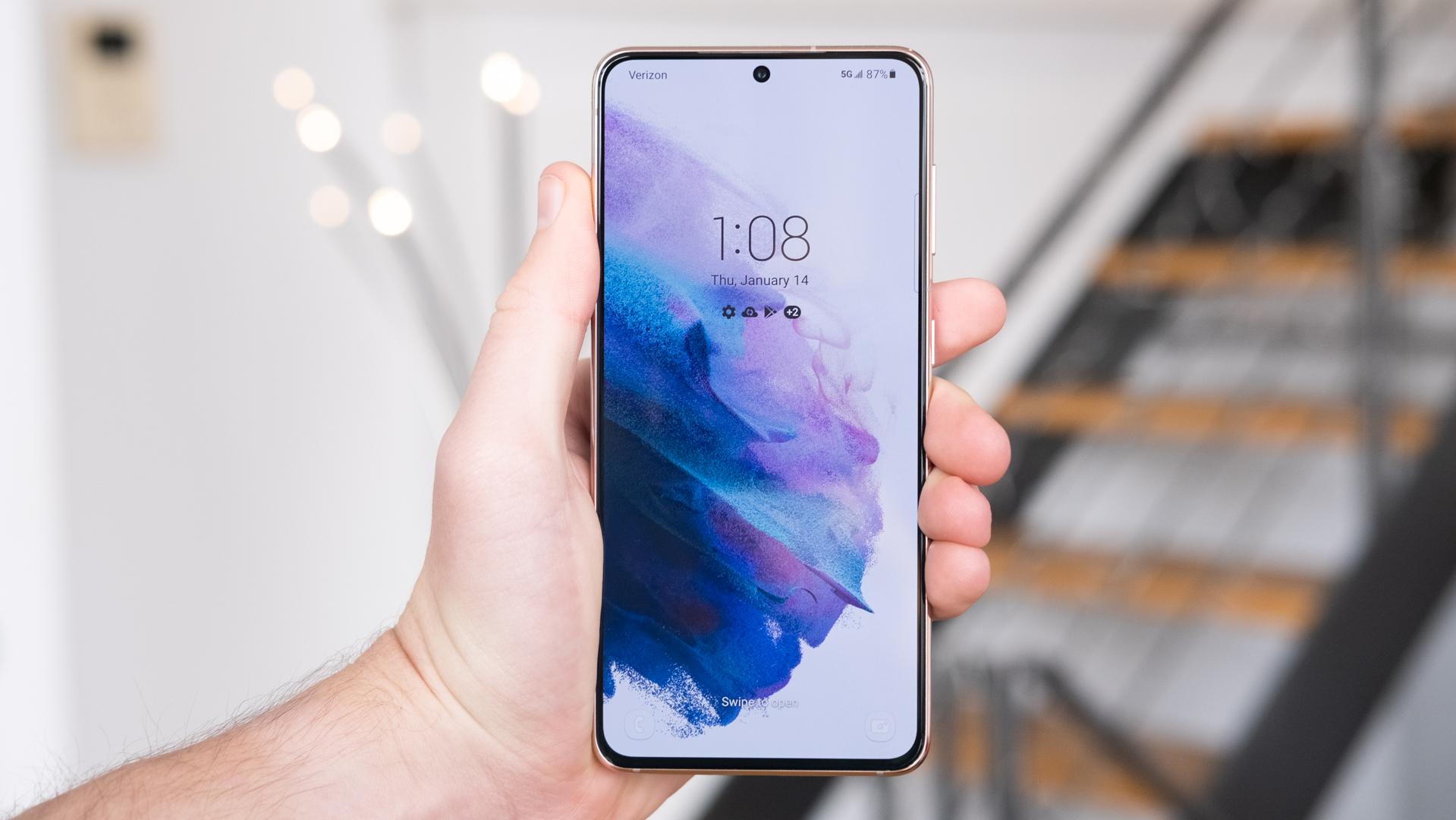 Samsung Galaxy S21 display in hand 2
