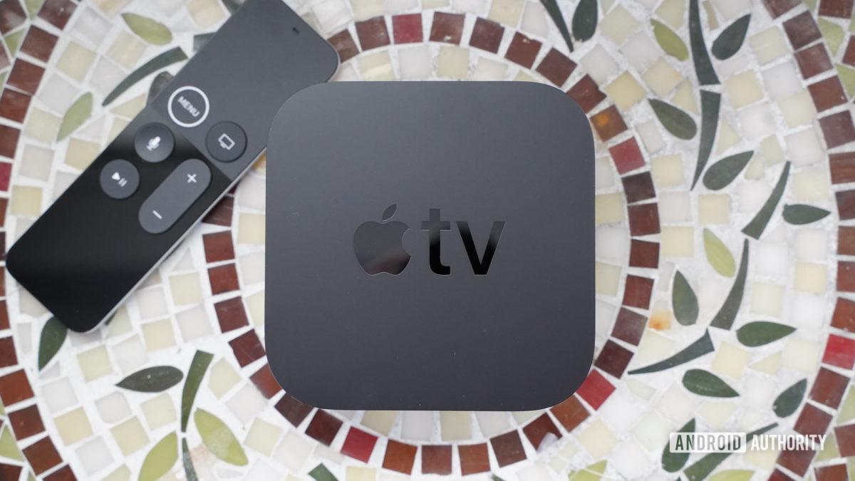 Apple TV 4K con control remoto a la izquierda