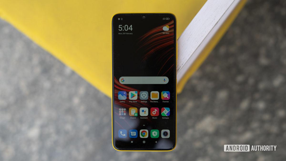 Poco M3 kalem, telefonu ve ekranı aktif olarak gösteriyor