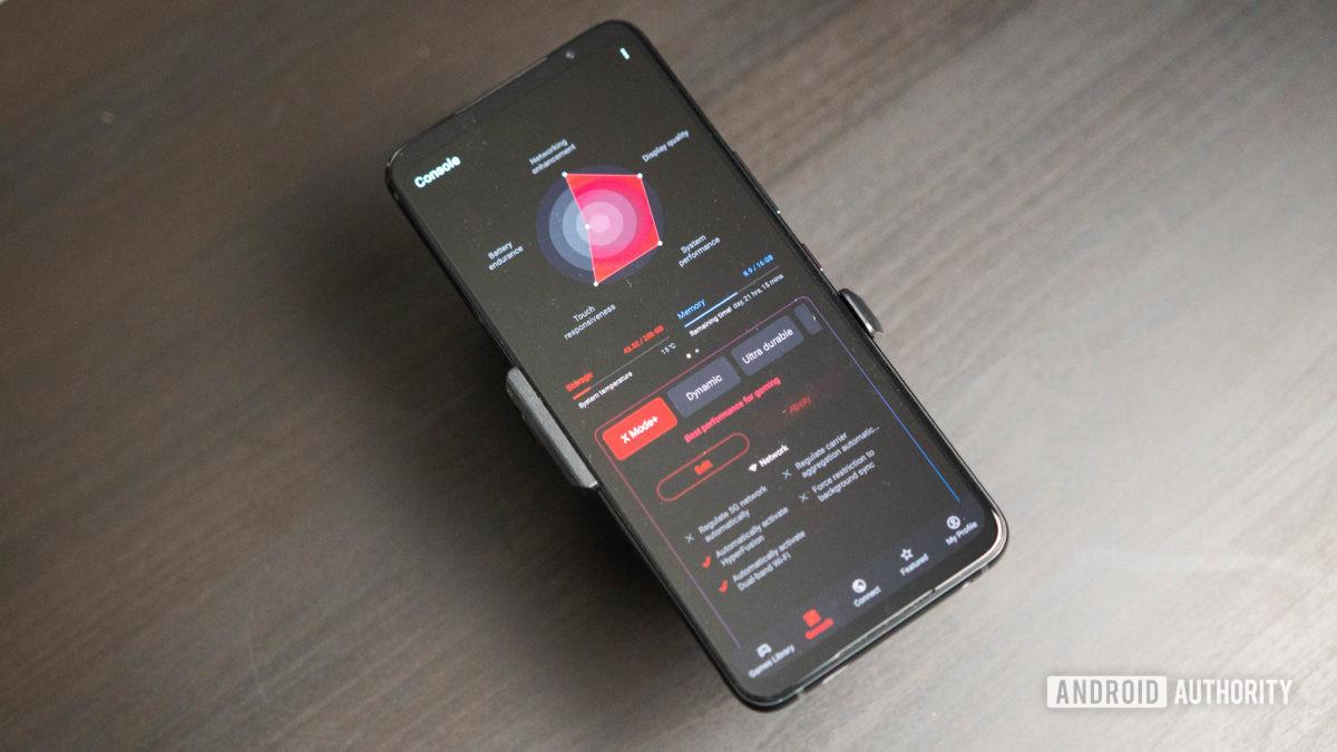 Снимок консоли Asus ROG Phone 5 в Armor Crate