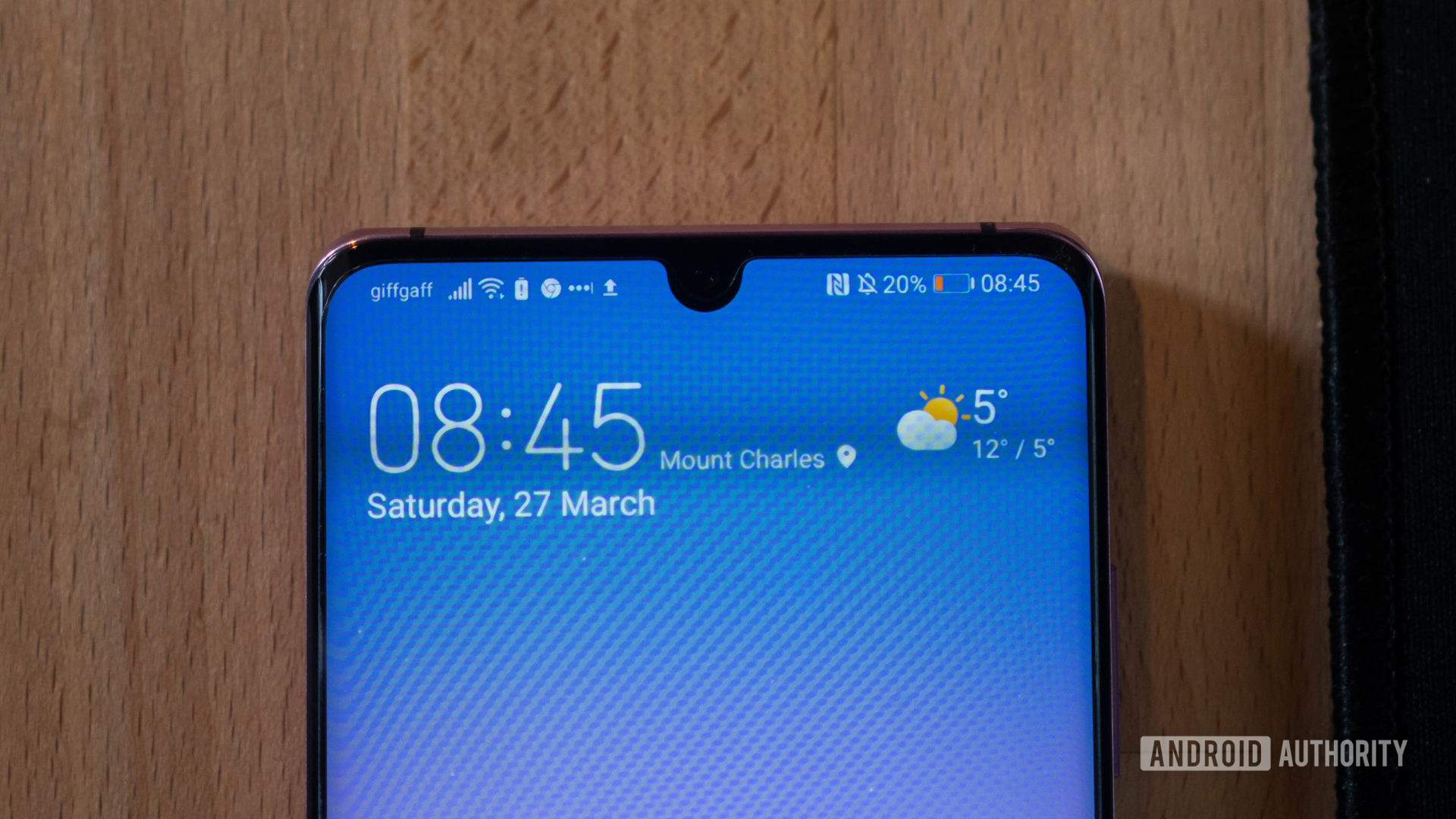Huawei P30 Pro home screen focused on the notch