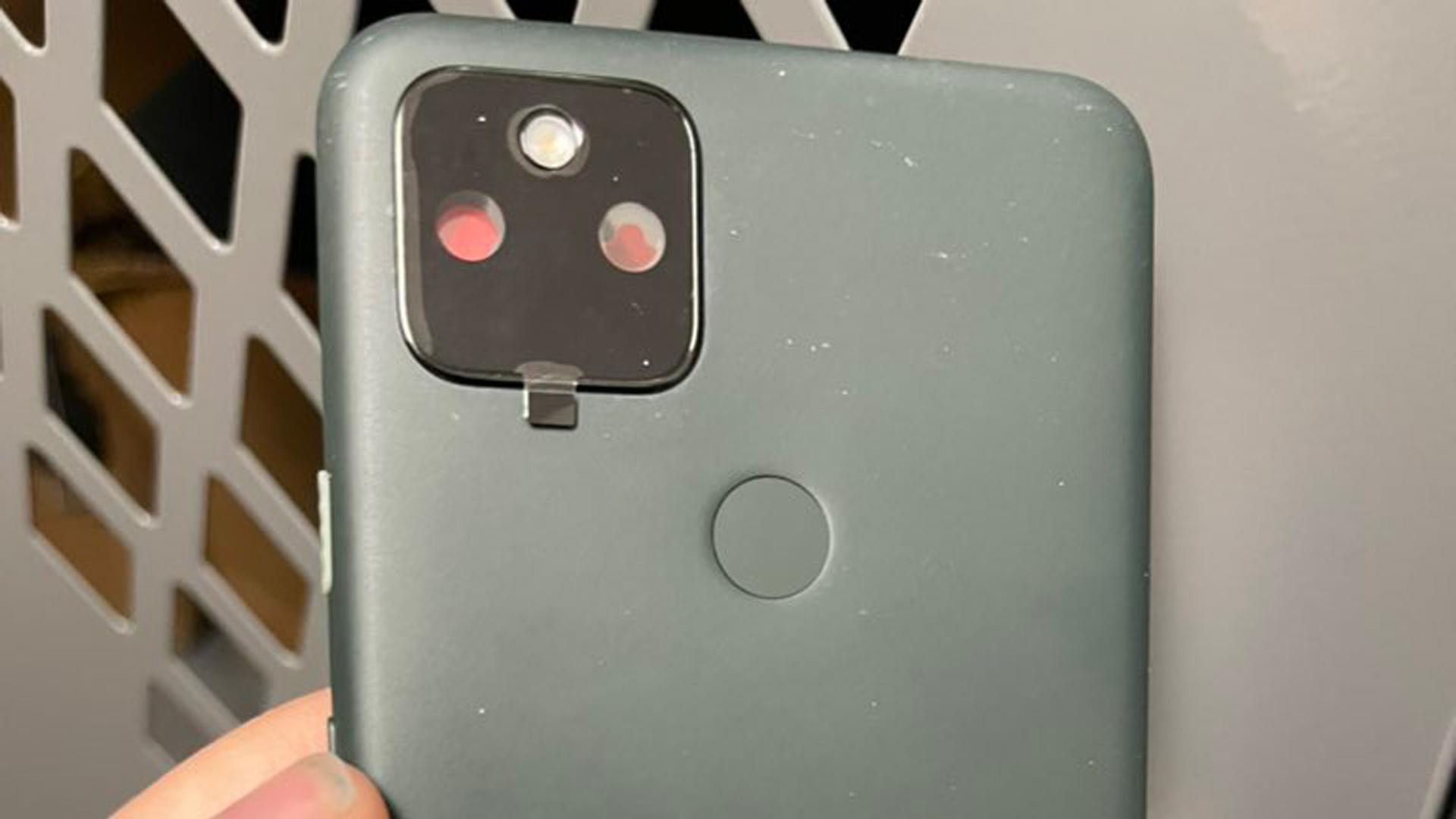 Komponen belakang yang diduga untuk Google Pixel 5a.