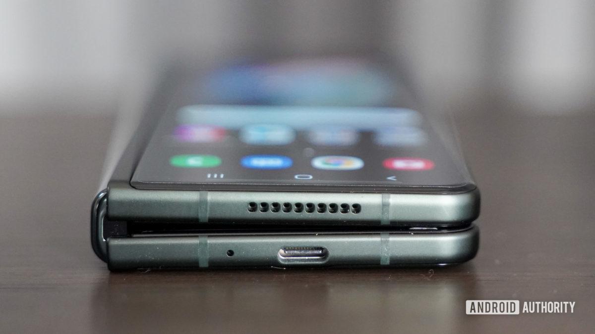 Tepi bawah Samsung Galaxy Fold 3