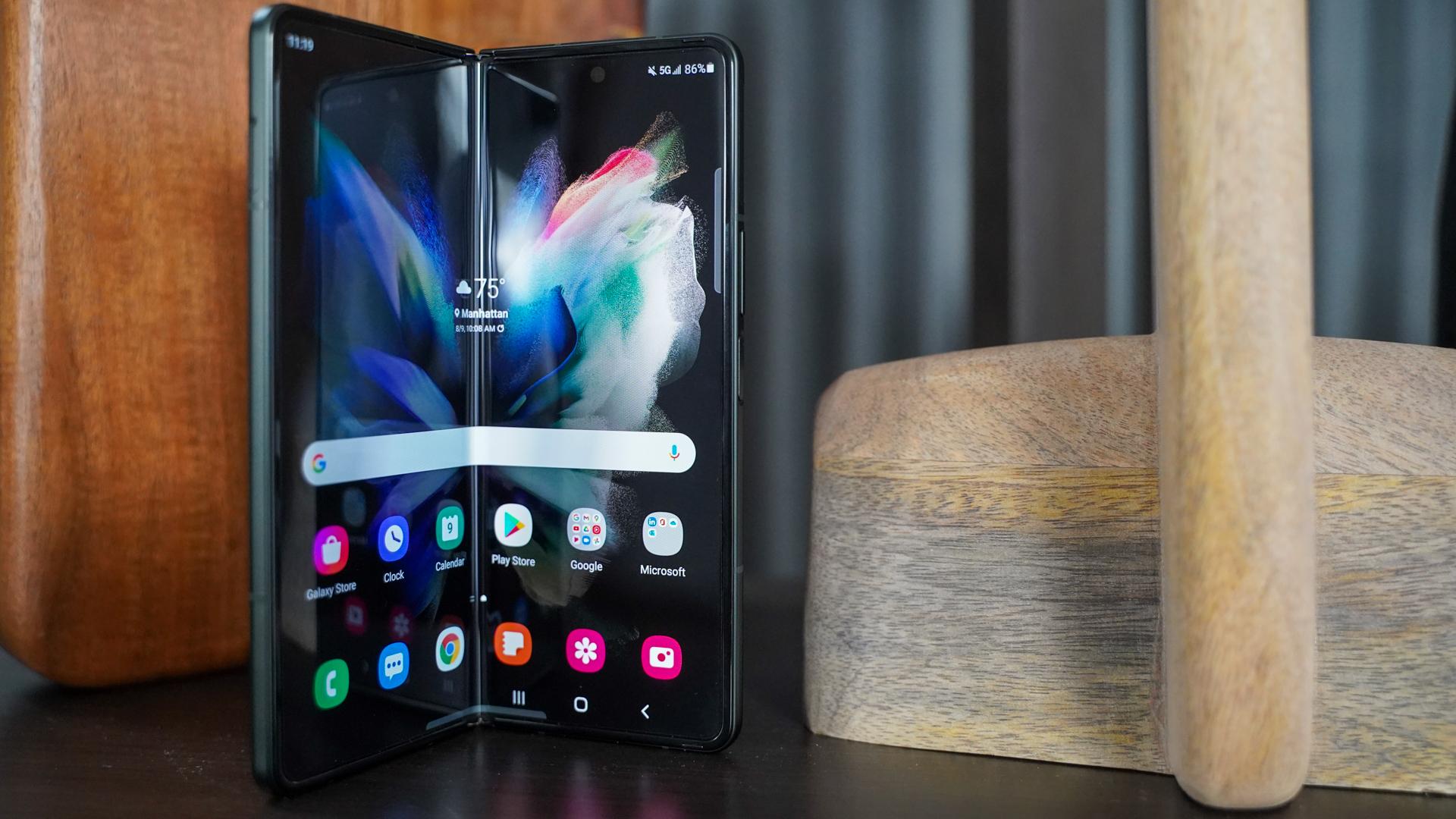 Samsung Galaxy Fold 3 sedikit terlipat
