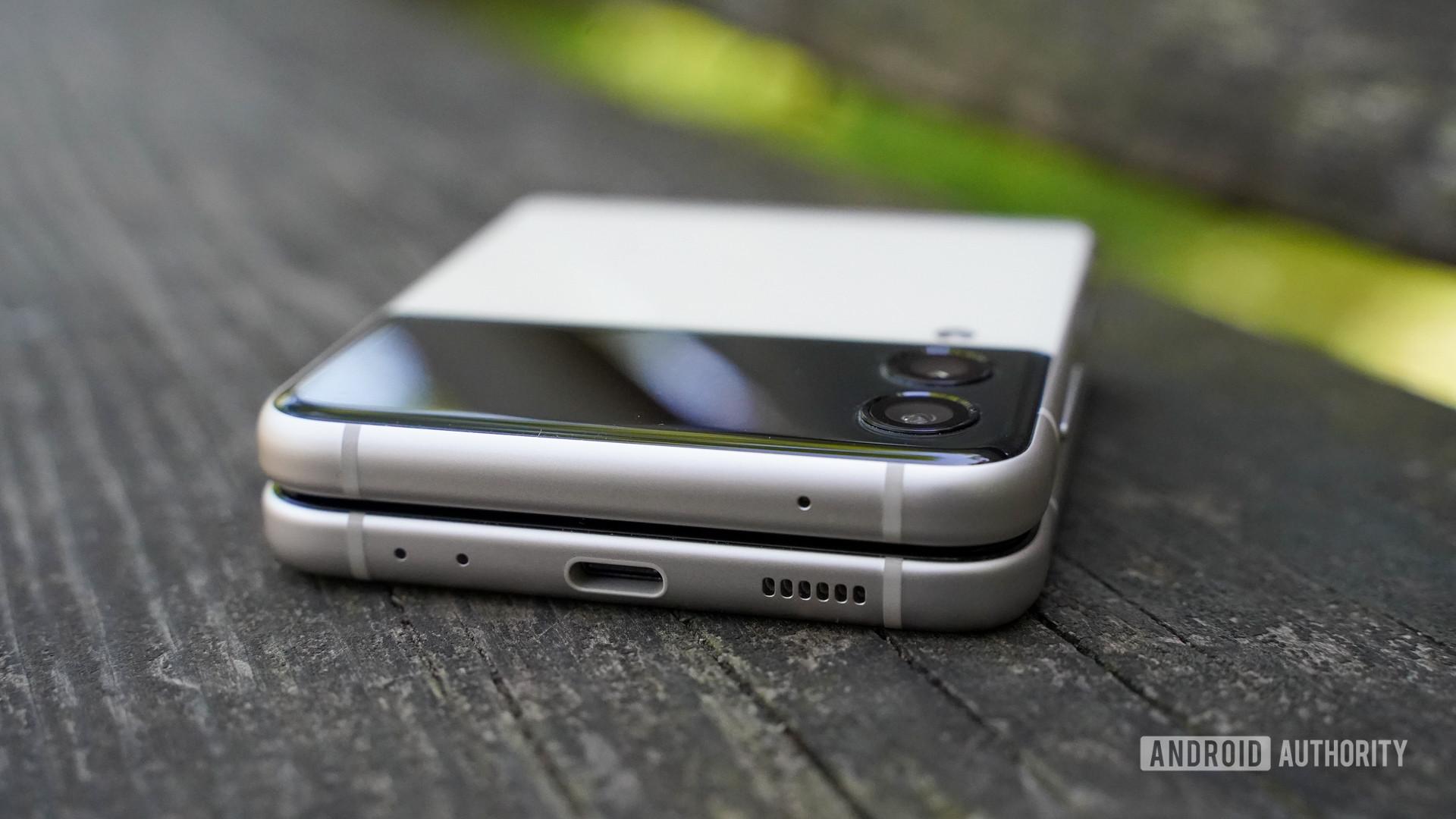 Samsung Galaxy Z Flip 3 bottom edge