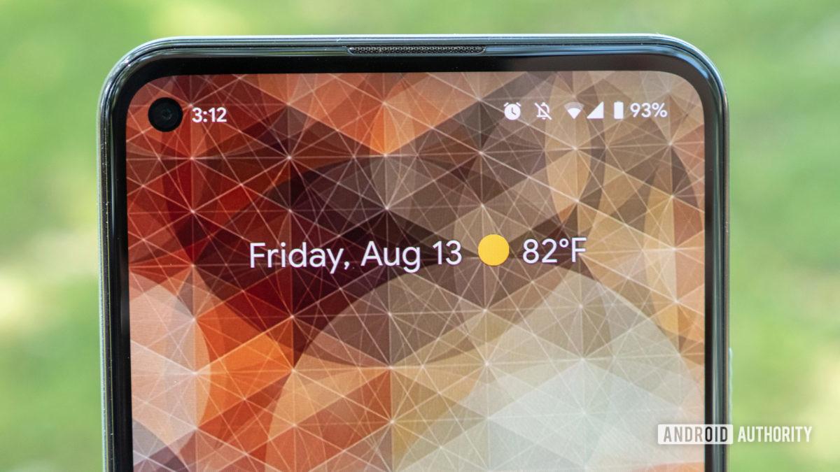 tampilan dekat dari layar beranda google pixel 5a sekilas widget di layar