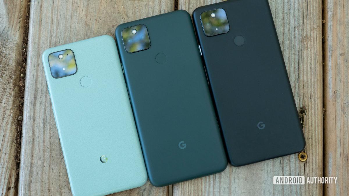 le google pixel 5a sur un banc par rapport au pixel 5 et pixel 4a 5g avec panneaux arrière montrant