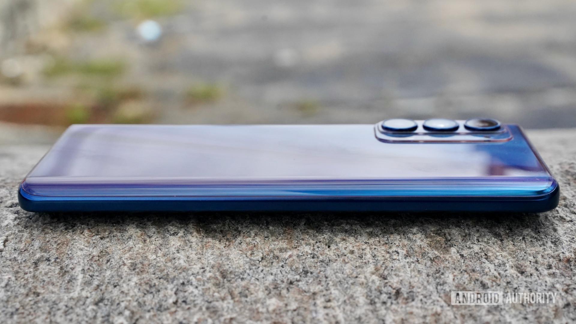Motorola Edge 2021 left edge